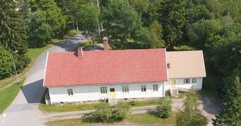 Kuva talosta sisääntulon puolelta, kaksi sisääntuloa