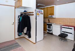 Kuva pienemmän asunnon eteisestä