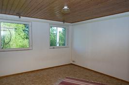 Kuva alakerran makuuhuoneesta