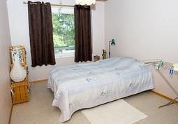 pienemmän asunnon makuuhuone