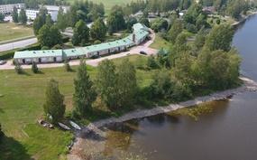 Talo uimarannan puolelta, kunnan uimaranta ja talon oma ranta vierekkäin