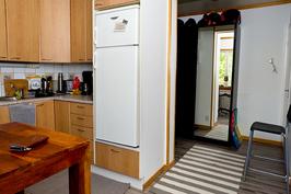 Kuva keittiöstä eteiseen päin