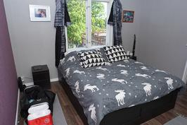 kuva yläkerran asunnon makuuhuoneesta