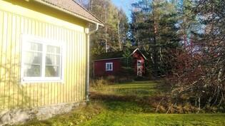 Kuvassa taloa ja takana verstasrakennus