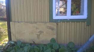 Talon seinustalla on klaffipöytä, joka taitetaan käyttöön