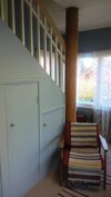 Kuva eteishallista, josta portaat yläkertaan