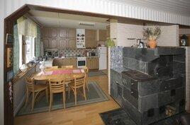 Kuva olohuoneesta keittiöön päin