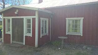 Talo Männistöntien puolelta kuvattuna