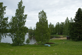 Kuva Kokemäenjoelle, jossa laituri-,ranta-ja uimapaikat