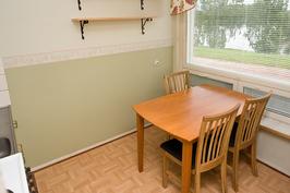Kuva keittiöstä, neljän hengen pöytä mahtuu