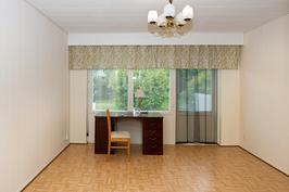 Kuva huoneesta, josta kuljetaan terassille