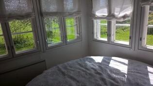Kuva huoneesta, jossa nyt sänky