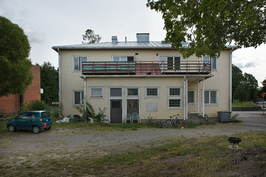 Talo kuvattu joen puolelta