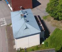 Talo sivusta, katossa on uudehkot saumapellit