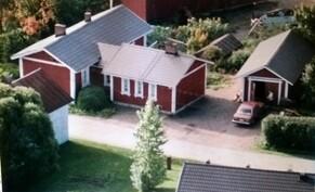 Kuva talosta Paistilankujan puolelta, laajennusosa oikealla