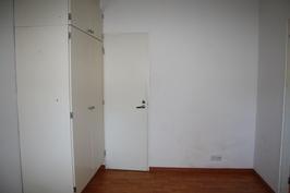 makuuhuoneen kaapistoa ja vaatehuone