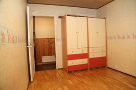 2. makuuhuoneen kaapistoa