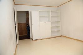 1. makuuhuoneen kaapistoa