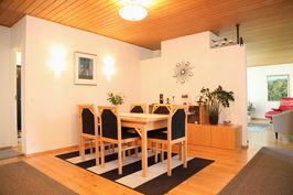 aula/ruokailutila näkymä olohuoneeseen