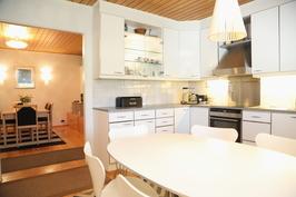 keittiö, näkymä ruokailutilaan