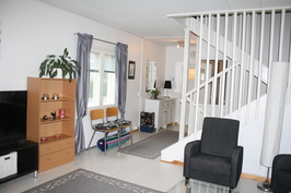 olohuone, kaunis portaikko yläkerataan ja alakertaan