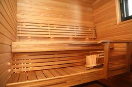 ikkunallinen, tilava sauna