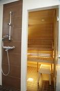 yläkerran kylpyhuoneesta kulku saunaan