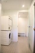 näkymä kylpyhuoneesta kodinhoitotilaan