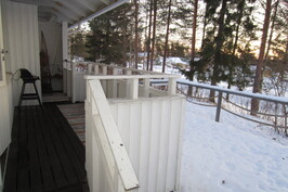 Olohuoneesta ja saunoaosastosta oma ovi terassi/oleskelupihalle.