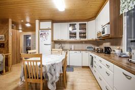 Iso avara keittiö tarjoaa rauhallisen ruokahetken sekä ruoanvalmistukseen että sen nauttimiseen.