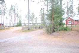 kuva parkkipaikalta järvelle