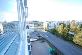 Ikkunasta näkymä keskustan suuntaan, etualalla linja-autoasema