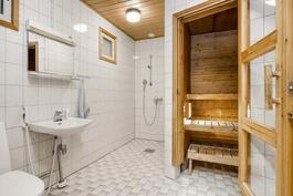 Tilava sauna tarjoaa hyvät löylyt.