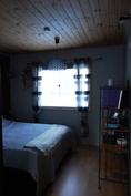 Iso makuuhuone, joka on jaettu liukuovikaapilla kahteen