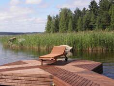 Rannan rauhassa on hyvä nauttia veden hengestä. Kalaa riittää järvessä kalamiehille.