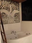 Saunaa ja pesuhuonetta koristaa joutsen -mosaiikki.