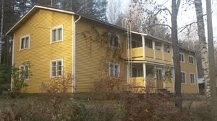 Asuinrakennus näkymä tieltä vasen
