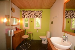 Yläkerran kylpyhuone suihkukaapilla
