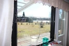 näkymä olohuonesta etelään / järvelle